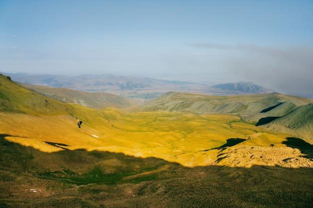 Lindo pôr do sol nas montanhas