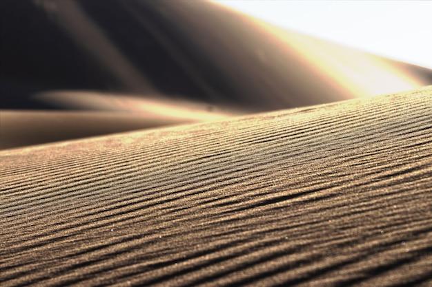 Lindo pôr do sol no deserto e estampas na areia