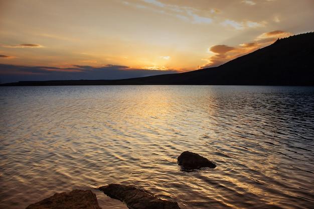Lindo pôr do sol no lago