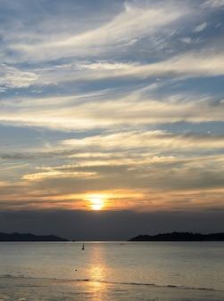 Lindo pôr do sol no mar de andaman em ranong, tailândia