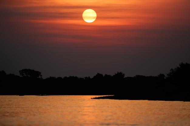 Lindo pôr do sol no pantanal norte