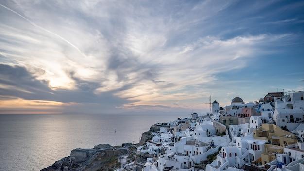 Lindo pôr do sol. santorini, oia. grécia. céu do sol com o sol e as nuvens