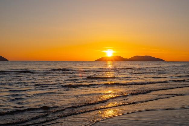 Lindo pôr do sol sobre o mar