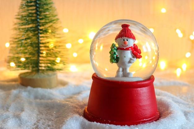 Lindo postal de natal com bola de neve