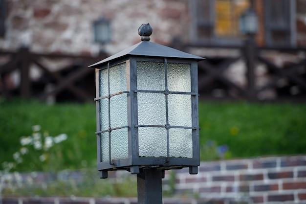 Lindo poste de luz em uma casa de campo