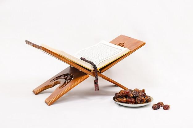 Lindo prato após o culto em jejum isolado no fundo branco