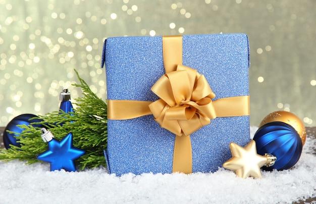 Lindo presente brilhante e decoração de natal, em fundo brilhante
