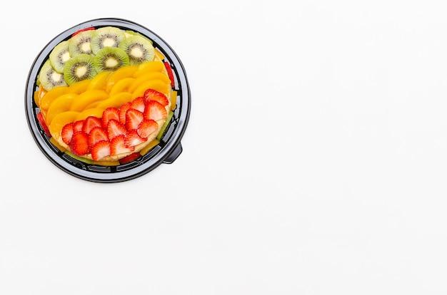 Lindo pudim caseiro decorado com frutas coloridas. isolado no fundo branco.