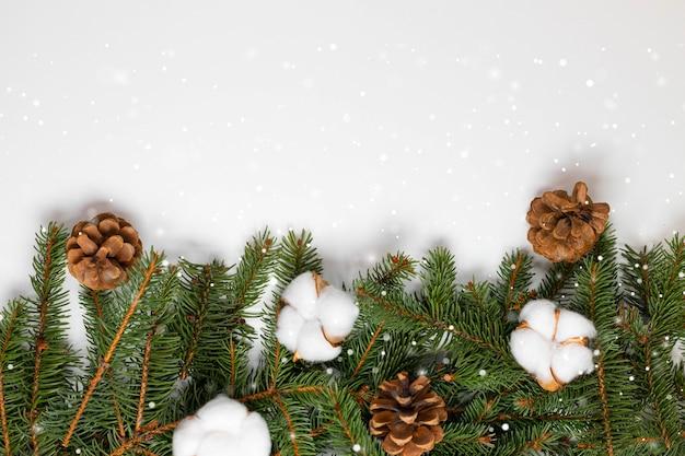 Lindo quadro de banner de feliz natal e ano novo com ramos de abeto perene e decoração de algodão e pinho