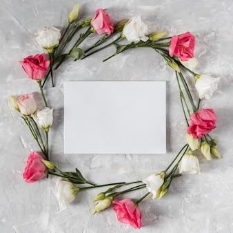Lindo quadro de flores de primavera com cartão vazio