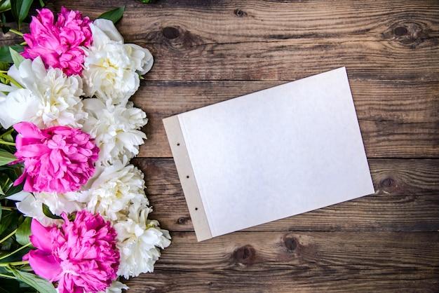 Lindo quadro de peônias brancas e rosa