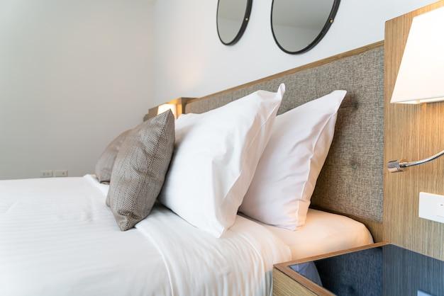 Lindo quarto com travesseiros na cama