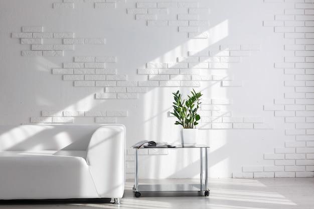Lindo quarto interior com um sofá. minimalismo.