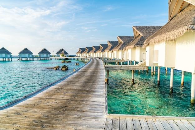 Lindo resort tropical nas maldivas e ilha com praia e mar - impulsione o estilo de processamento de cores
