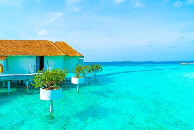 Lindo resort tropical nas maldivas e ilha com praia e mar