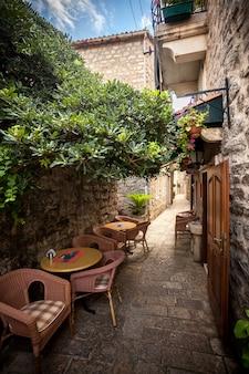 Lindo restaurante com terraço de verão em rua antiga