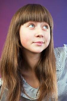 Lindo retrato de menina adolescente no estúdio