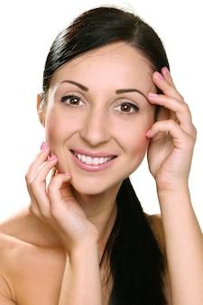 Lindo rosto de jovem sorridente com pele limpa e fresca