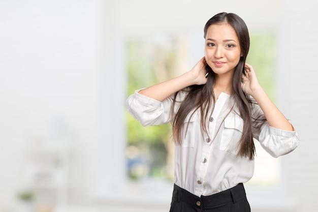 Lindo rosto de mulher adulta jovem com pele limpa e fresca