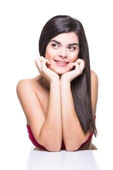 Lindo rosto de mulher adulta jovem com pele limpa, fresca, isolada no branco