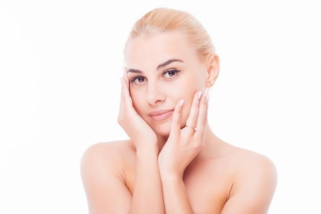Lindo rosto de mulher jovem adulta com pele limpa e fresca