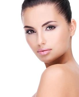 Lindo rosto de mulher jovem com pele limpa, fresca - isolado no branco