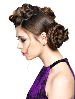 Lindo rosto de mulher jovem com penteado elegante com desenho de rabo de cavalo isolado no branco