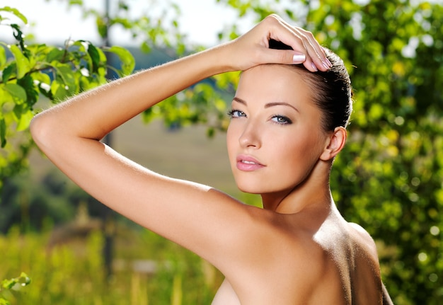 Lindo rosto de uma jovem com pele fresca e saudável.