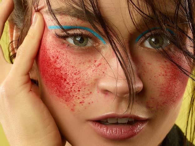 Lindo rosto feminino com pele perfeita e maquiagem brilhante. conceito de beleza natural, cuidados com a pele, tratamento, saúde, cosméticos.
