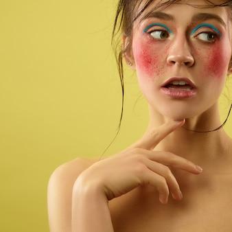 Lindo rosto feminino com pele perfeita e maquiagem brilhante. conceito de beleza natural, cuidados com a pele, tratamento, saúde, spa, cosméticos.