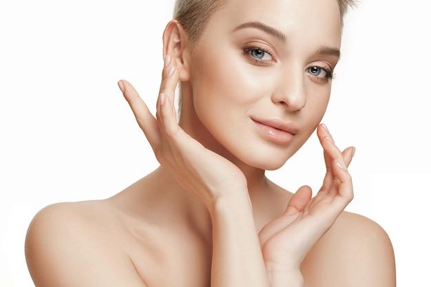 Lindo rosto feminino. pele de rosto perfeita e limpa em branco.