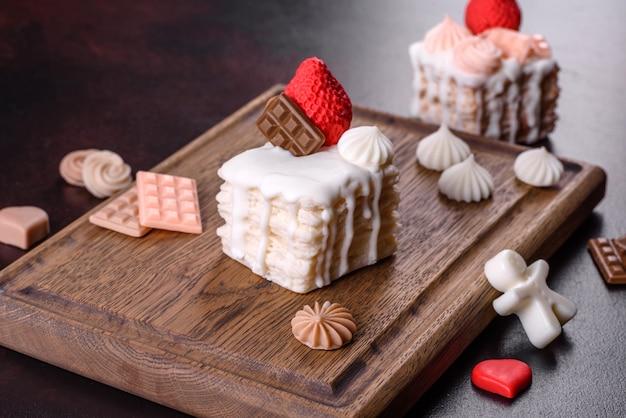 Lindo sabonete colorido brilhante feito na forma de um apetitoso bolo. aromaterapia, sabonete com cheiro de ervas