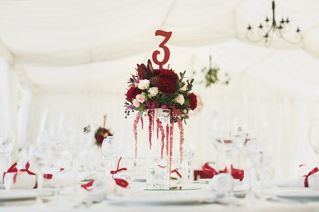 Lindo salão de banquetes sob uma tenda para uma recepção de casamento.