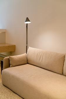 Lindo sofá com lâmpada de luz - decoração de interior em uma sala