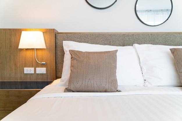 Lindo travesseiro na cama decoração do quarto