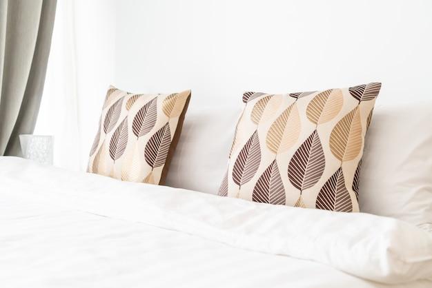 Lindo travesseiro na decoração da cama no quarto da cama