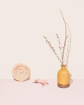 Lindo vaso laranja retrô e óculos cor de rosa. estética atemporal, estilo de fotografia de decoração de interiores.