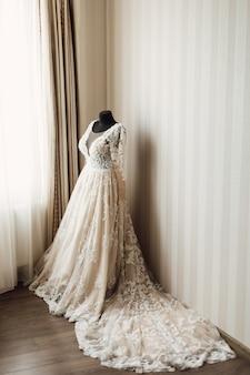 Lindo vestido de noiva com pluma está vestido em um manequim
