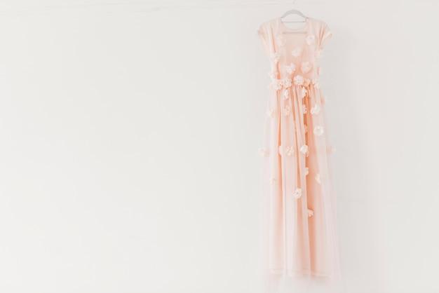 Lindo vestido pendurado