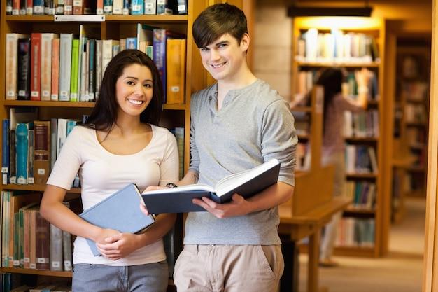 Lindos alunos com um livro