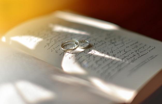 Lindos anéis de casamento estão sobre um livro