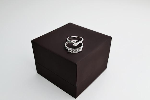 Lindos anéis de noivado em ouro branco com um grande diamante