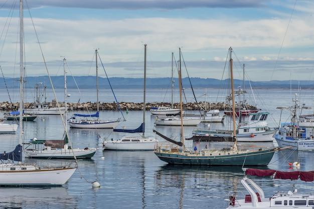 Lindos barcos à vela na água perto do antigo cais dos fishemans capturados em monterey, ca, eua
