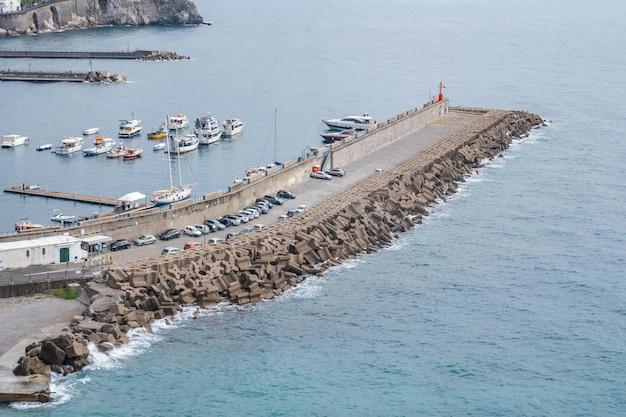 Lindos barcos turísticos de mar azul e iates de luxo, costa de amalfi, itália