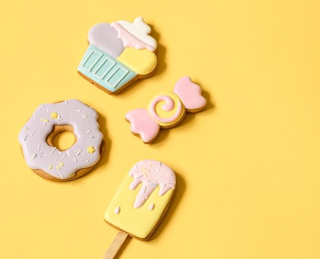 Lindos biscoitos de gengibre para uma festa infantil em forma de doces, plana leigos.