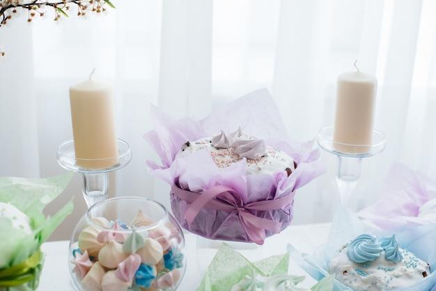 Lindos bolos de páscoa em uma mesa de luz decorada