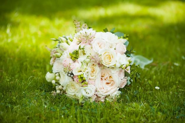 Lindos buquês de flores prontos para a grande cerimônia de casamento