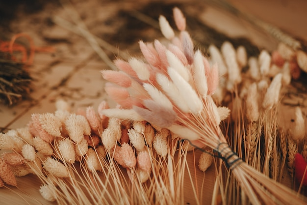 Lindos buquês de flores secas na florista de mesa