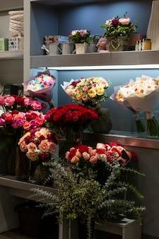 Lindos buquês em uma floricultura. pequenos negócios. vertical.