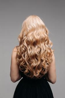 Lindos cabelos loiros encaracolados - vista traseira